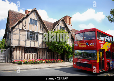 A sightseeing tour bus outside Hall's Croft, once the home of Shakespeare's daughter Susanna who married Doctor - Stock Photo
