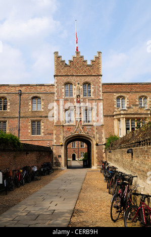 Bicycles lining the path leading to the gatehouse of Jesus College, one of the constituent colleges of the University - Stock Photo