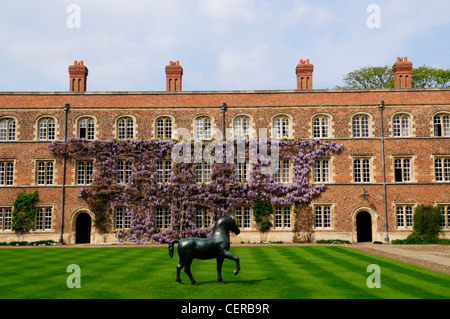 Bronze Horse by Barry Flanagan in First Court at Jesus College, part of the University of Cambridge. - Stock Photo