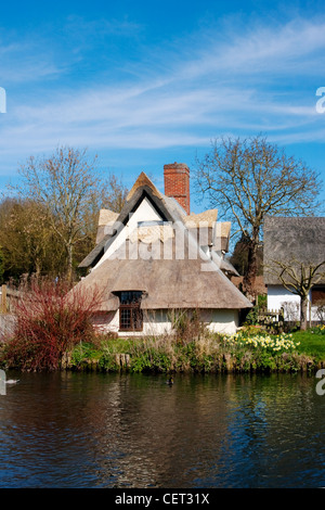 Bridge Cottage by the River Stour. The 16th century thatched cottage is home to an exhibition on the artist, John - Stock Photo