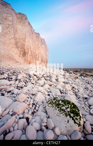 A view toward Birling Gap. Birling Gap is an enclosed pebble beach set below the dramatic backdrop of the Seven - Stock Photo