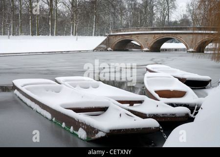 Punts on the River Cam covered in snow, Trinity College, Cambridge University. - Stock Photo