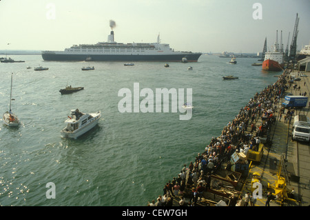 Queen Elizabeth 2 QE2 sets sails for the Falklands. Family and friends send them on their way. - Stock Photo