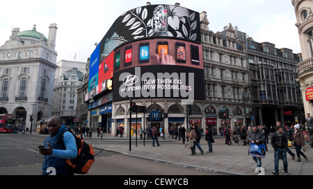 Pedestrians at an intersection and a Hyundai car Advertisement Piccadilly Circus in London England UK  KATHY DEWITT - Stock Photo