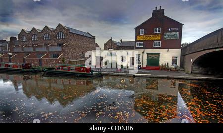 Thorn Marine, Bridgewater canal, Stockton Heath, Warrington, Cheshire, England, UK at dusk - Stock Photo