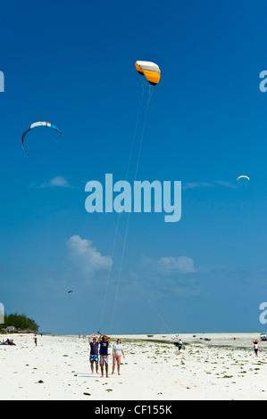 Kite surfer instructor teaching beginners in Paje, Zanzibar, Tanzania - Stock Photo