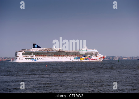 Norwegian Jewel, a large cruise ship leaving New York on the Hudson River. - Stock Photo