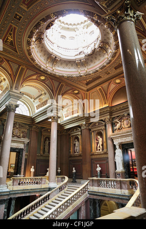 Neo-classical statuary on display in the Founder's Entrance Hall of the Fitzwilliam Museum, Cambridge 2. - Stock Photo