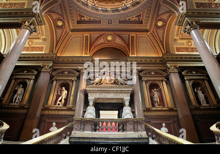 Neo-classical statuary on display in the Founder's Entrance Hall of the Fitzwilliam Museum, Cambridge. - Stock Photo