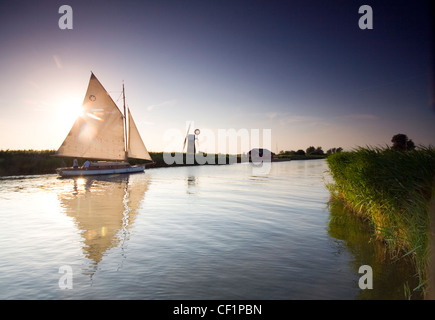 Sail boat on the River Thurne. The river lies in the Norfolk Broads. - Stock Photo