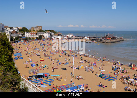 Holiday makers on the beach in Viking Bay, Broadstairs, the main beach in the town. - Stock Photo
