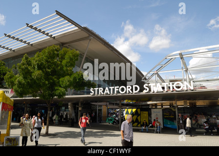 People entering and exiting Stratford underground and DLR station. - Stock Photo