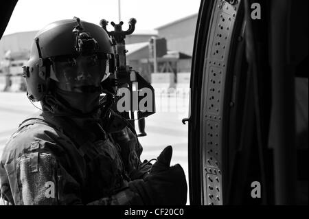 A UH-60 Black Hawk crew member assigned to A Company, 3-82 Aviation Task Force Talon at Bagram Army Air Field, ensures - Stock Photo