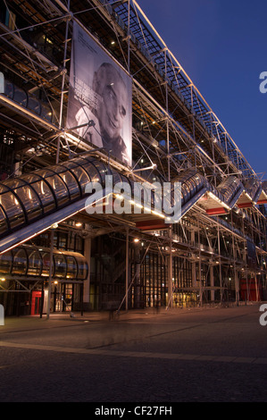 Beaubourg. The Pompidou Centre in Paris, at dusk. This huge, modern glass and steel building has become an iconic - Stock Photo