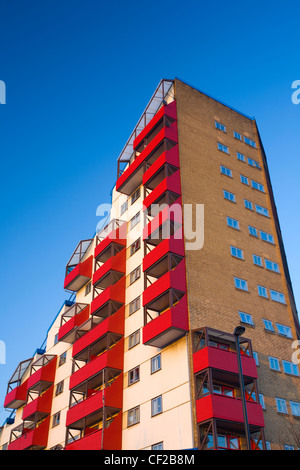 Tom Collins House forms part of the Byker Wall, an award winning design comprising of a continuous block of maisonettes - Stock Photo
