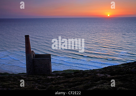 Sunset over the sea from the Towanroath Pumping Engine House at Wheal Coates, a former tin mine situated on the - Stock Photo