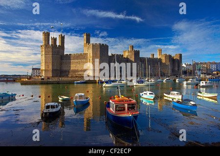 Boats moored by Caernarfon Castle at the mouth of the of the Seiont river. - Stock Photo
