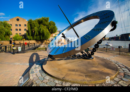 Sun dial near the entrance to St Katharine Docks, on the north bank of the River Thames near Tower Bridge. - Stock Photo