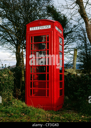 A traditional red telephone box - a K6 kiosk designed by Sir Giles Gilbert Scott to commemorate the Silver Jubilee - Stock Photo