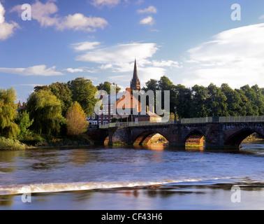 Bridge across the weir on the River Dee at Handbridge in Chester. - Stock Photo