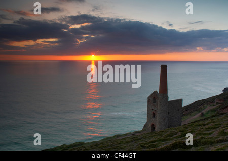 Sunset over the old tin mine engine house at Wheal Coates on the North Cornish coastline. - Stock Photo