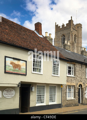 The Olde Bull Hotel in a 16th century Grade l listed old coaching inn overlooked by the church of St Peter in the - Stock Photo