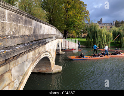 Tourists enjoying a sightseeing trip along the River Cam in a punt at Trinity College Bridge. - Stock Photo
