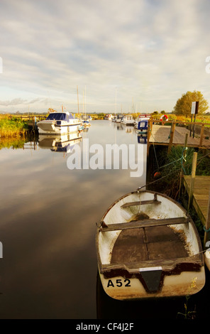 Boats moored at Hardley Staithe on the River Yare in Norfolk. - Stock Photo