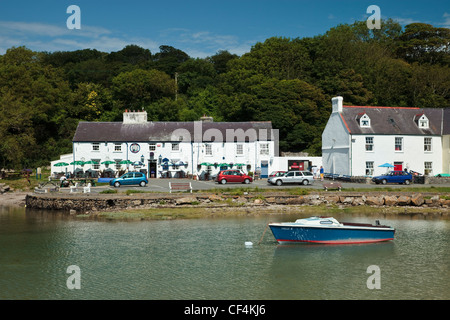 The Ship Inn on the quayside at Red Wharf Bay on the Isle of Anglesey in Wales. - Stock Photo