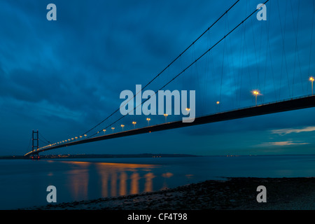 The Humber Bridge spanning the Humber Estuary at dusk. The bridge is the fifth largest single-span suspension bridge - Stock Photo