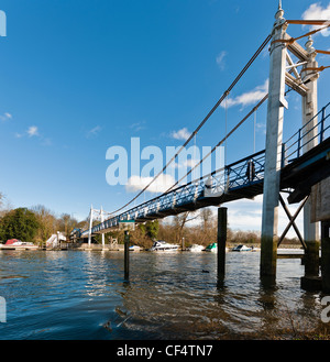 Supension bridge over the River Thames at Teddington Lock, the upstream limit of the tide on the River Thames. - Stock Photo