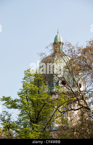 The Imperial War Museum seen through trees. The museum was formerly Bethlem Royal Hospital for the insane, popularly - Stock Photo