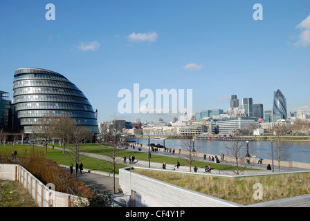City Hall, home of the Greater London Authority (GLA) on the south bank of the River Thames opposite the City of - Stock Photo