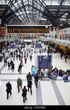Passengers on the concourse of Liverpool Street Station. - Stock Photo