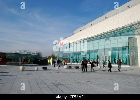 Visitors outside the Westfield Shopping Centre in Shepherds Bush. - Stock Photo