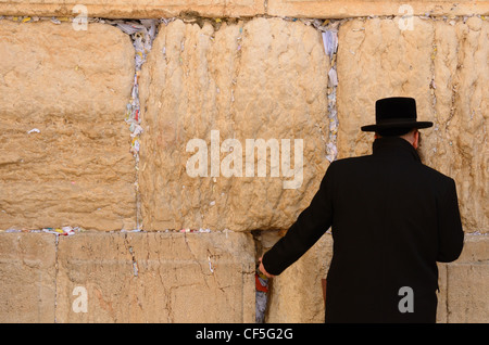 A Hasidic Jew prays at the wailing wall in the Old City of Jerusalem, Israel. - Stock Photo