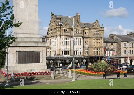 Harrogate War Memorial and Bettys tea rooms on Prospect Place. - Stock Photo