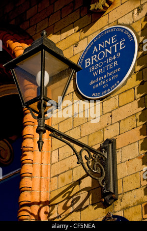 A plaque commemorating the death of the writer Anne Brontë in 1849 in a house on the site of the Grand Hotel - Stock Photo