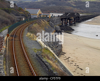 Barmouth Bridge, a single track railway over the estuary of the Afon Mawddach river at low tide. - Stock Photo