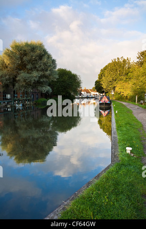 Barges mored on the Kennet and Avon Canal. - Stock Photo