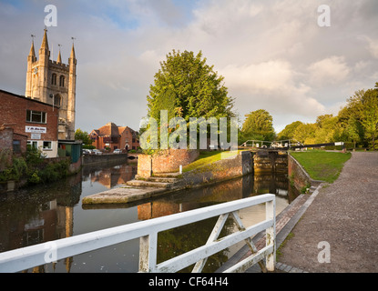 West Mills Lock on the Kennet and Avon Canal and St Nicholas Church. - Stock Photo