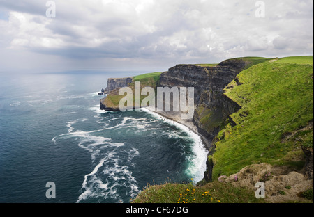The Cliffs of Moher that stretch for 8 km & rise up to 214 metres above the Atlantic Ocean. - Stock Photo