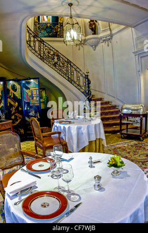 France paris tables in classical french restaurant - Table haute cuisine ...