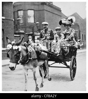 1926 London Costers in full regalia pearly king and queen cockney - Stock Photo
