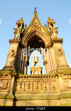 The Albert Memorial situated outside the Victorian Gothic style Manchester Town Hall in Albert Square. - Stock Photo