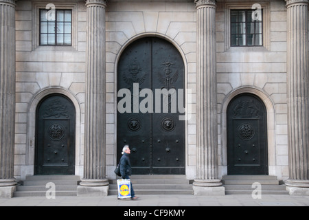 The closed entrance doors to the Bank of England in the City of London, England, UK. - Stock Photo