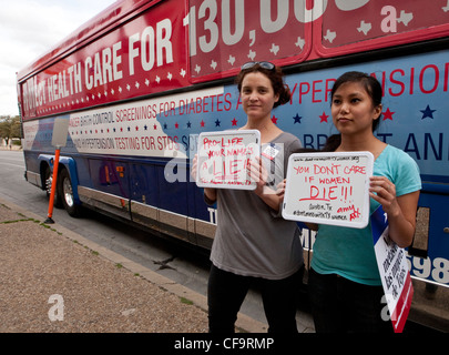 """Planned Parenthood's """"Don't Mess with Texas Women"""" tour bus. The organization  raises awareness  cuts to women's - Stock Photo"""