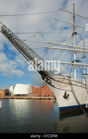 """Ozeaneum and tall ship """"Gorch Fock I."""" in the harbour, Stralsund, Baltic Sea, Mecklenburg-West Pomerania, Germany - Stock Photo"""