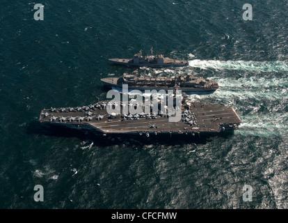 Nimitz-class aircraft carrier USS Carl Vinson (CVN 70) and the Ticonderoga-class guided missile cruiser USS Bunker - Stock Photo
