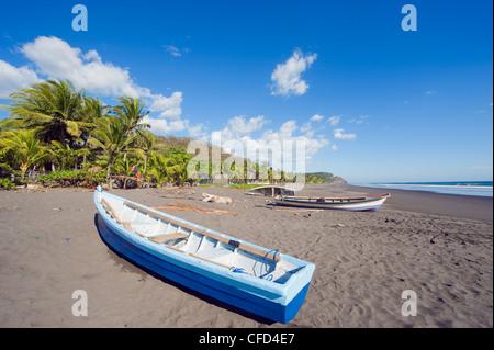 Fishing boats on the beach at Playa Sihuapilapa, Pacific Coast, El Salvador, Central America - Stock Photo